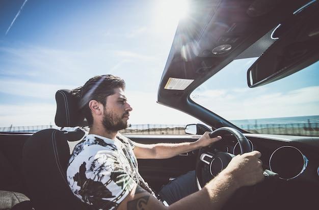 Homem dirigindo seu carro esporte