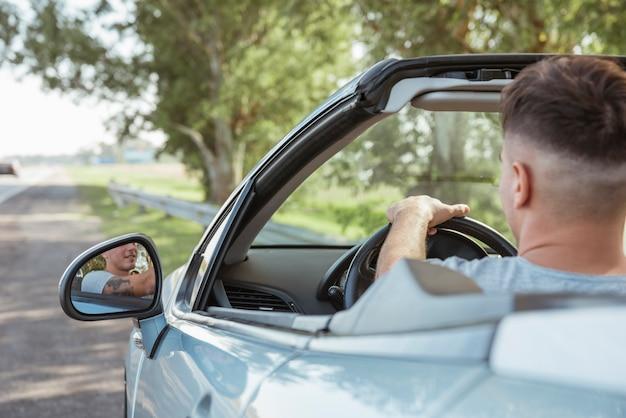 Homem, dirigindo um carro, em, natureza