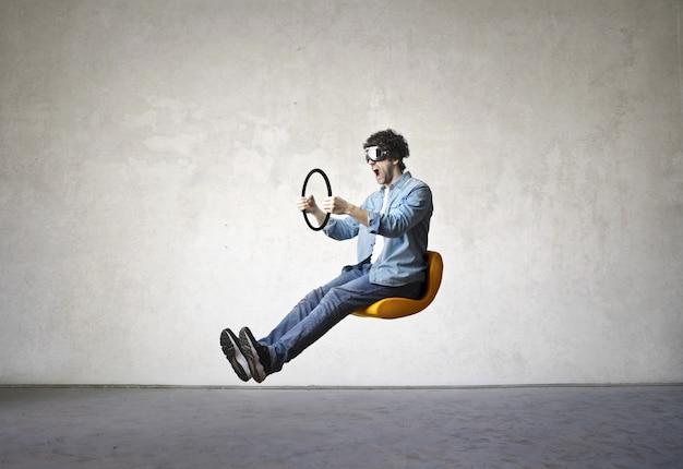 Homem dirigir um carro invisível