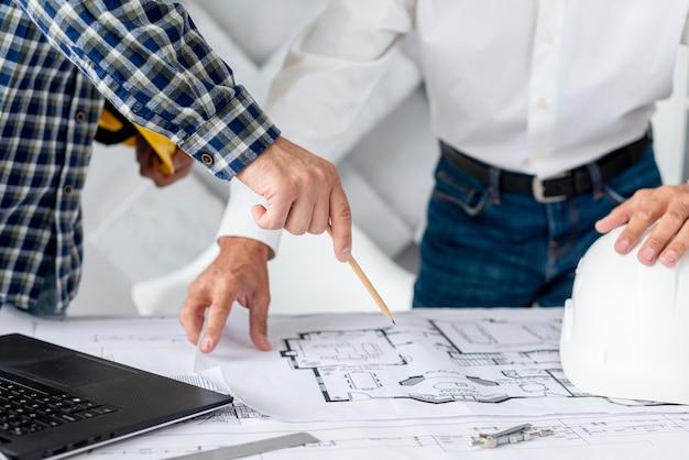Homem, discutir, projeto arquitetônico, com, cliente