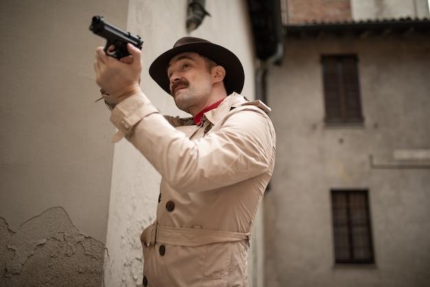 Homem disparando uma arma em uma fileira de derrapagem