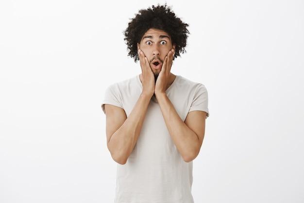 Homem divertido e surpreso ao ouvir uma notícia incrível, parecendo emboscado