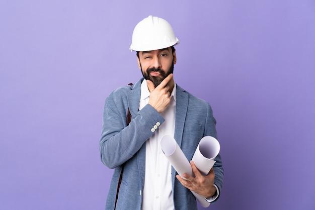 Homem do arquiteto sobre parede isolada