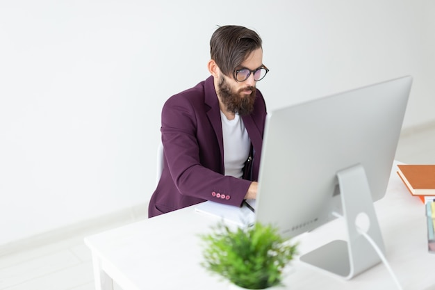 Homem do conceito de pessoas e tecnologia senta e trabalha no computador