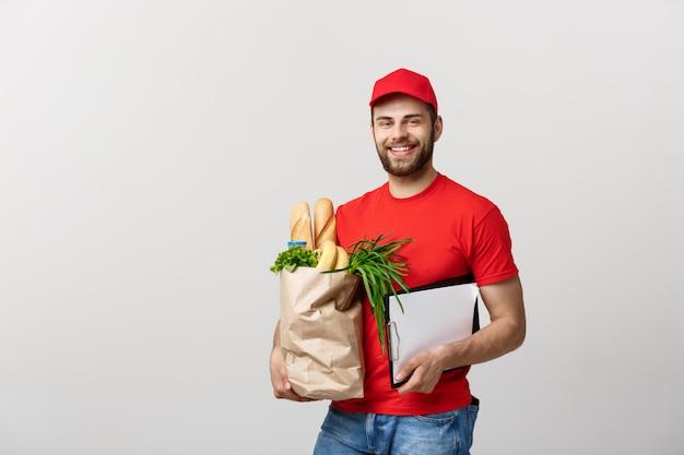 Homem do correio da entrega do alimento e do mantimento que guarda a placa de grampo. isolado no fundo branco.
