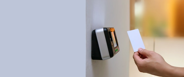 Homem do escritório usando o cartão de identificação para digitalizar no controle de acesso. Foto Premium