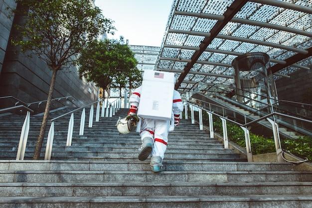 Homem do espaço em uma estação futurista homem com traje espacial caminhando em uma área urbana