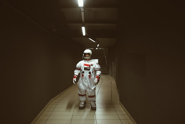 Homem do espaço em uma estação futurística homem com traje espacial saindo para o trabalho e pegando o trem