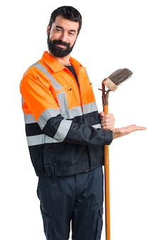 Homem do lixo apresentando algo