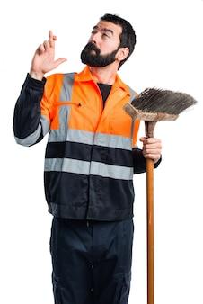 Homem do lixo com os dedos cruzados