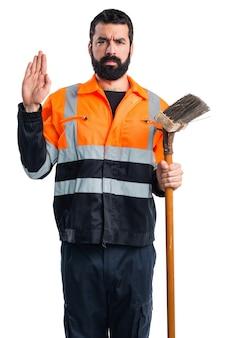 Homem do lixo fazendo juramento