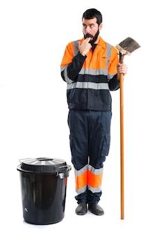Homem do lixo fazendo o gesto de vômito