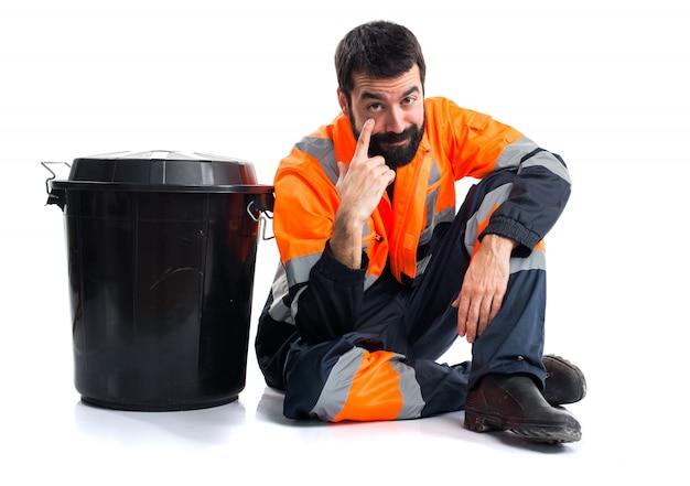 Homem do lixo mostrando algo