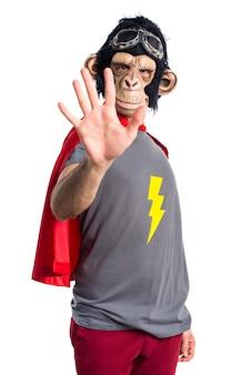 Homem do macaco do super-herói contando cinco