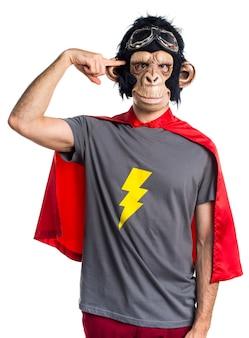 Homem do macaco do super-herói fazendo um gesto louco