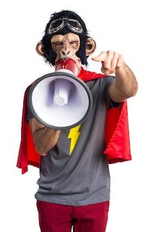 Homem do macaco do super-herói que grita pelo megafone