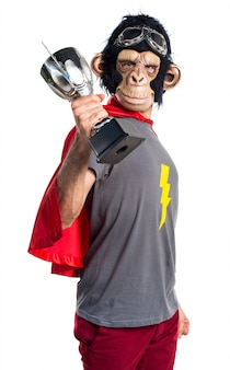 Homem do macaco do super-herói segurando um troféu