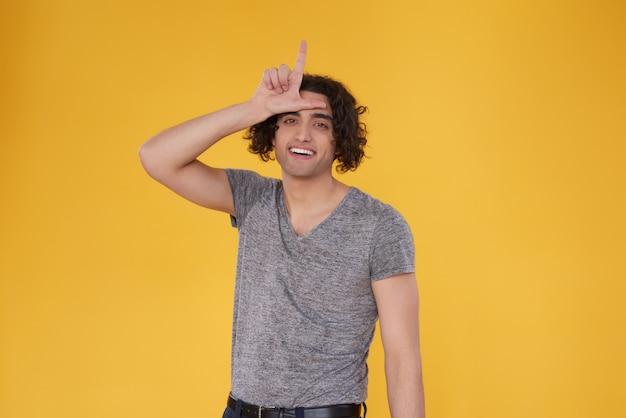 Homem do oriente médio com gesto de mão isolado.
