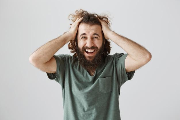 Homem do oriente médio em dificuldades gritando e em pânico, tendo problemas