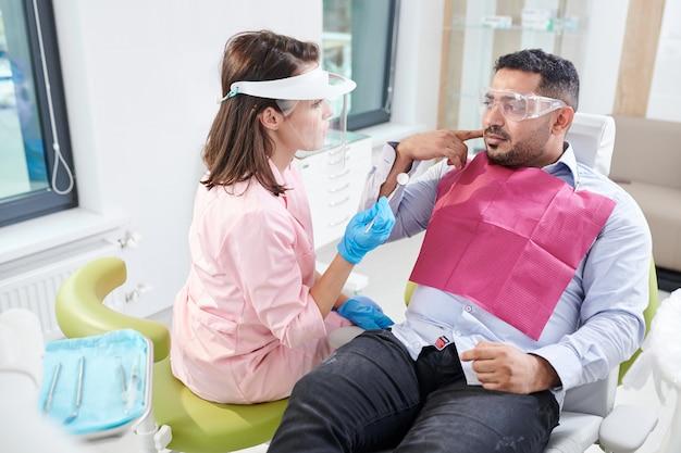 Homem do oriente médio no consultório de dentistas