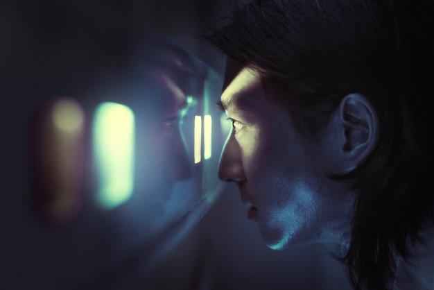 Homem do scanner de íris usando biometria para destrancar uma porta