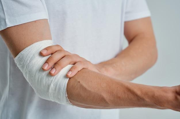 Homem doente com curativo ferimento na mão em fundo isolado de dedos