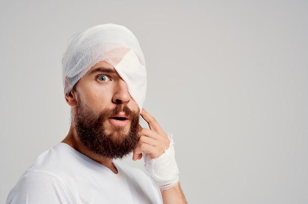 Homem doente com curativo na cabeça e nos olhos, remédio para internação hospitalar