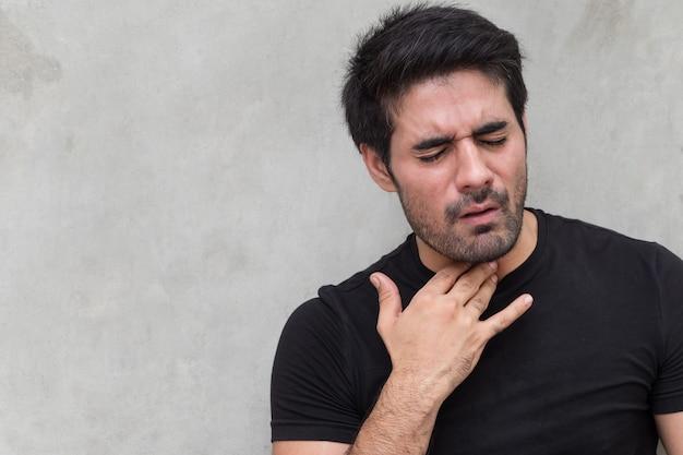 Homem doente com dor de garganta