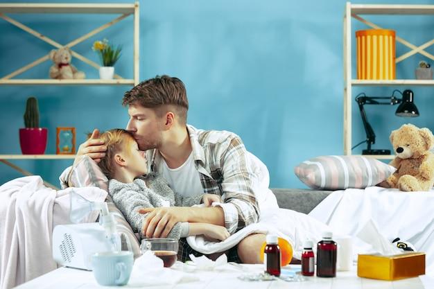 Homem doente com filha em casa. tratamento em casa.