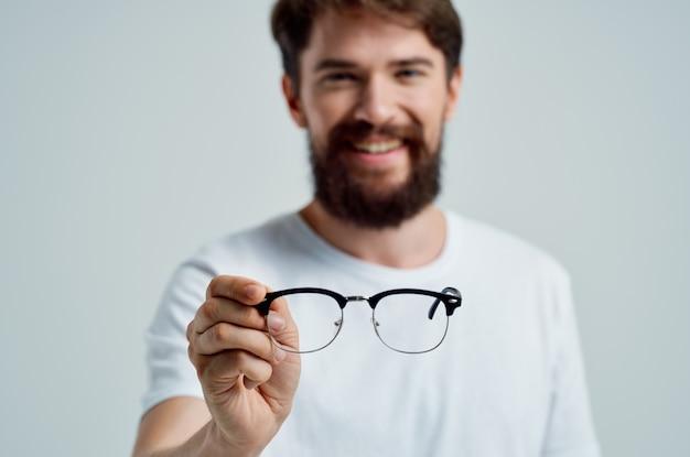 Homem doente com óculos nas mãos, problemas de visão isolados de fundo