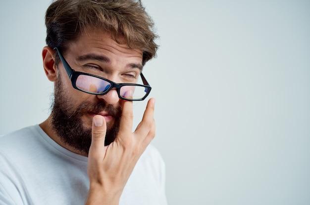 Homem doente com problemas de saúde de visão deficiente fundo isolado