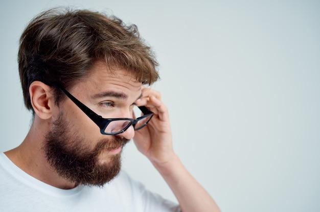 Homem doente com problemas de visão em fundo claro de camiseta branca