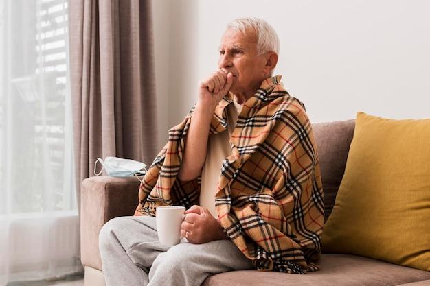 Homem doente com tiro médio tossindo