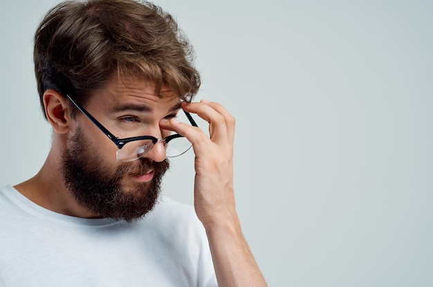 Homem doente com visão deficiente, problemas de saúde, luz de fundo