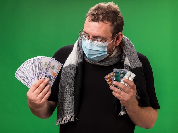 Homem doente de meia-idade usando máscara médica e lenço