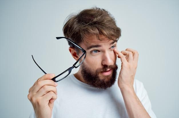 Homem doente de visão com fundo isolado em camiseta branca