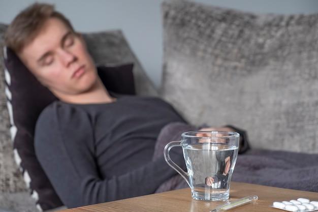 Homem doente deitado na cama em casa. espaço de texto