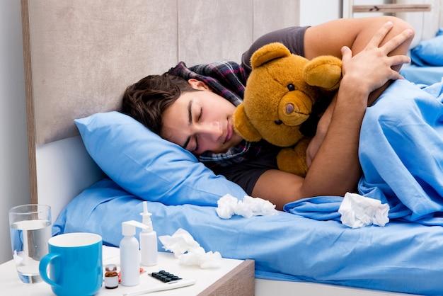 Homem doente doente na cama tomando remédios e drogas