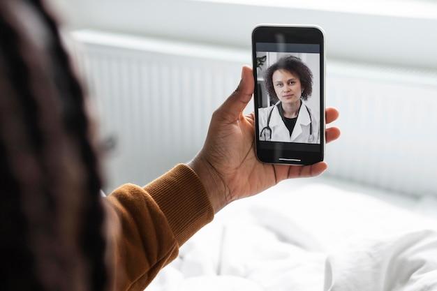 Homem doente em uma videochamada com um médico