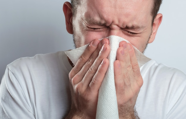 Homem doente espirra