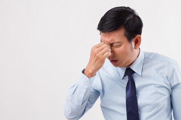 Homem doente, estressado e sobrecarregado com dor de cabeça nos seios da face e visão turva