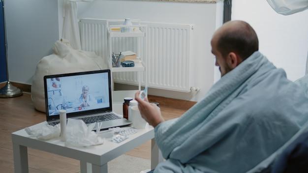 Homem doente falando com médico em videochamada para telemedicina
