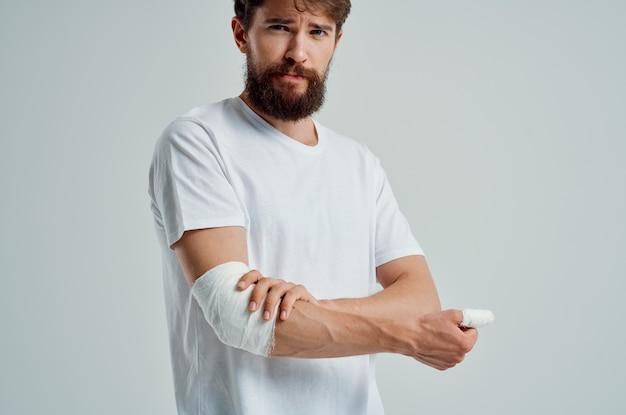 Homem doente, lesão na mão, tratamento, problemas de saúde, emoções, hospital, medicina