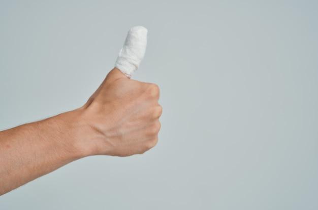 Homem doente, lesão na mão, tratamento, problemas de saúde, fundo isolado