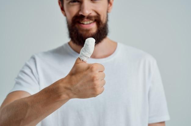 Homem doente, lesão na mão, tratamento, problemas de saúde, luz de fundo