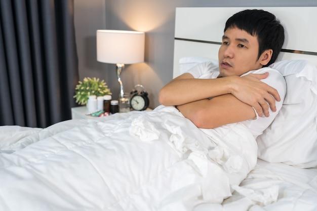 Homem doente, sentindo frio na cama