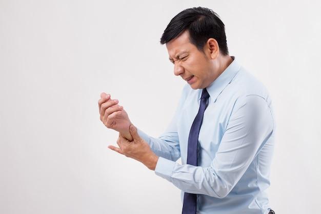 Homem doente sofrendo de dedo no gatilho, lesão no pulso, artrite