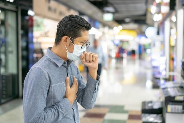 Homem doente tossindo, dor de garganta