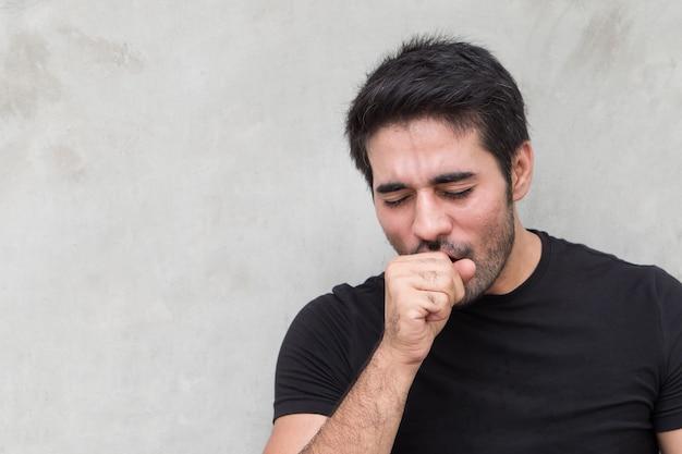 Homem doente, tossindo, dor de garganta