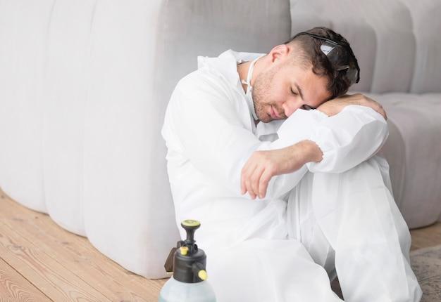 Homem dormindo com traje de proteção